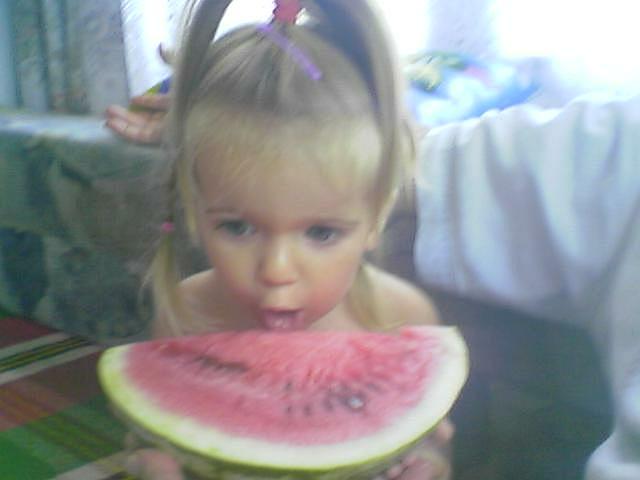 Детенце яде диня