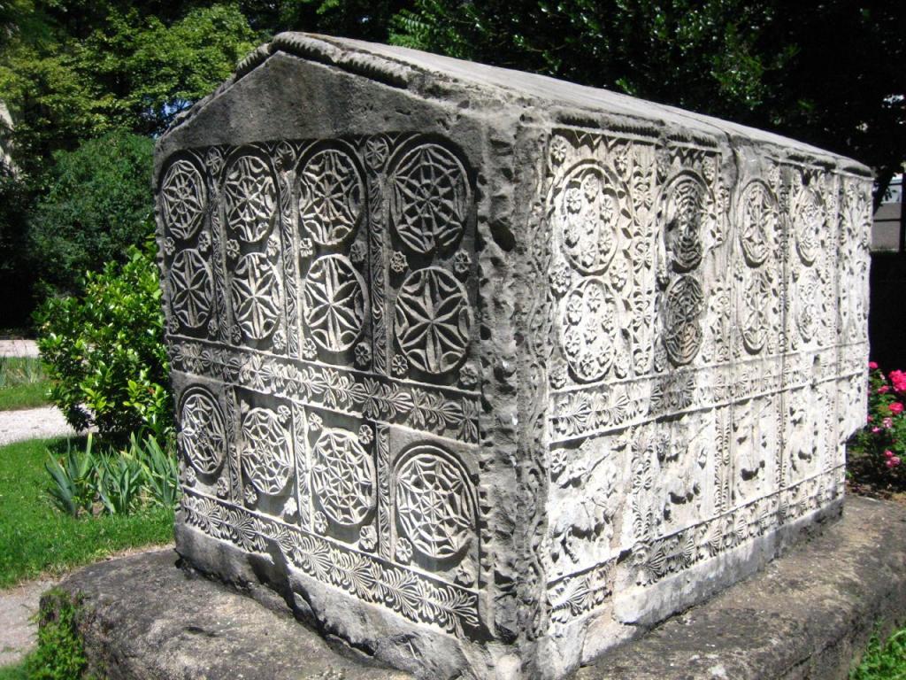 Богомилски надгробен камък -изобразено е Цветето на Живота.