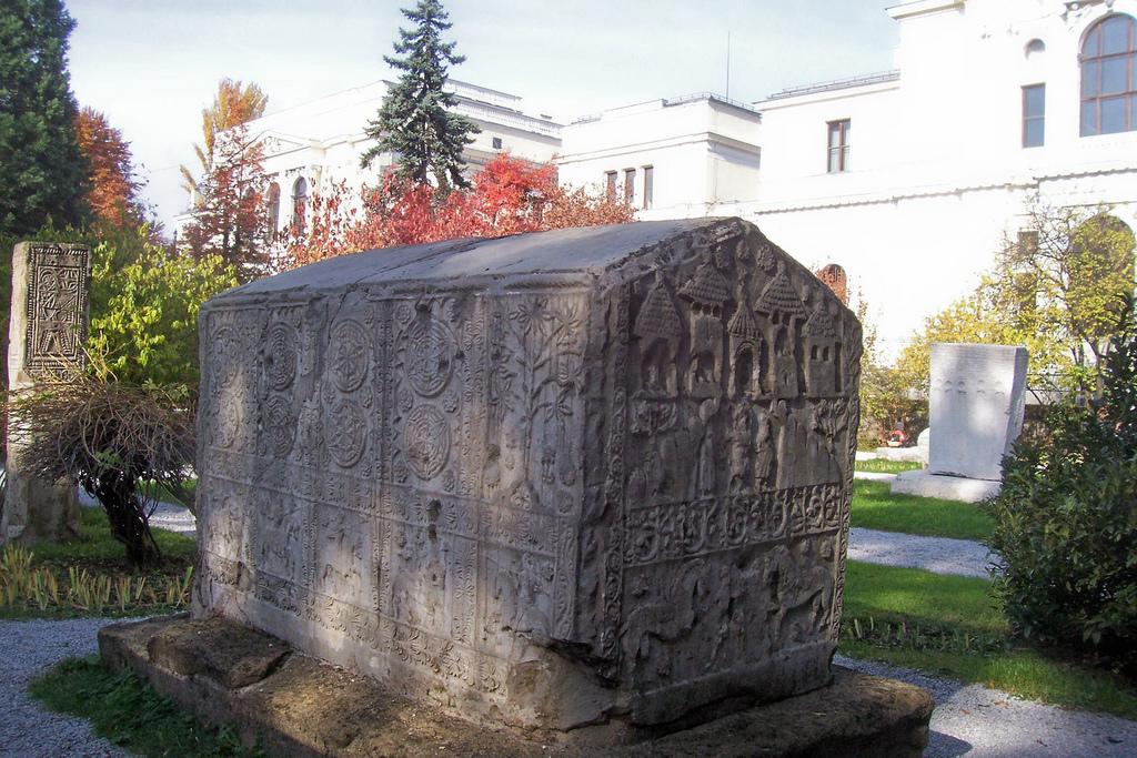 Богомилски надгробен камък -изобразено е Цветето на Живота