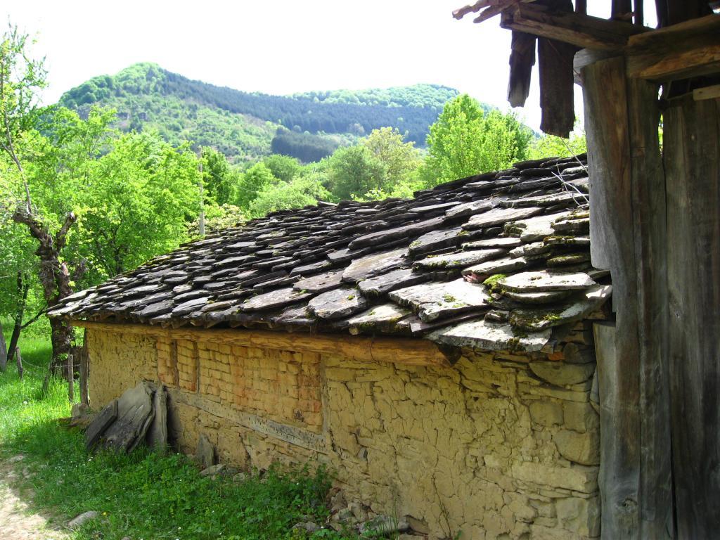 Стара къща с керемиди от речни камъни